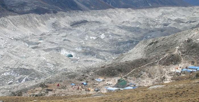 Vue de la partie basse du Glacier du Khumbu ~5000m, , entièrement recouvert de moraines