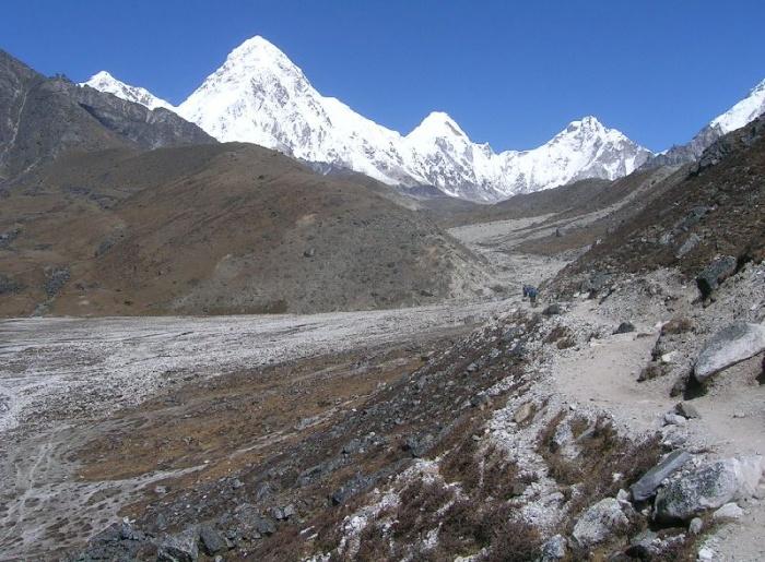 En dessous de Lobuche, vue sur la zone morainique désertique laissée par le recul récent, 5 km en 50 ans, du Glacier du Khumbu